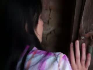 Innocent modele gets grūti drātēšanās uz vecs cellar