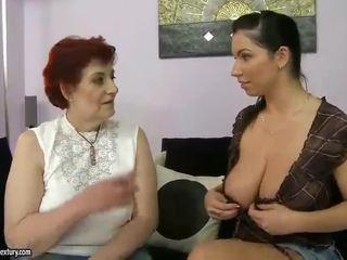 Storas močiutė ir krūtinga paauglys appreciating lesbo porno