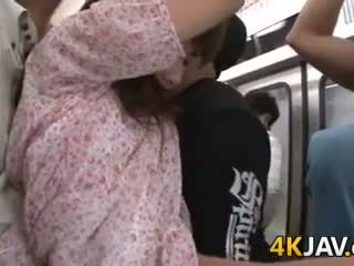 Japans chick fingered in publiek trein