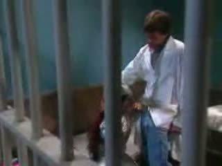Female kisnövésű szar -ban fogház által fogház guard