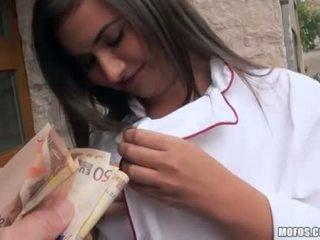 Checa chica en uniforme analyzed para efectivo
