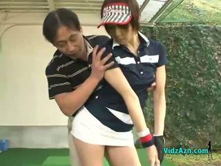 Slank aziatisch tiener enjoys zuigen haar golf instuctors lul