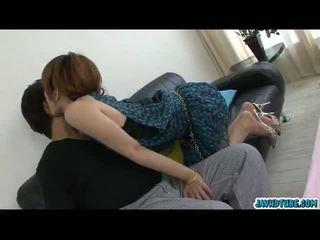Encantador asiática miúda moe aizawa juntos com dela lover em o sofá