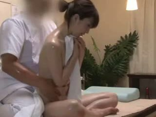 Spycam reluctant teengirl seduced por masseur