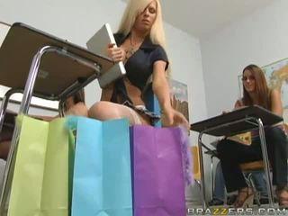 Nejaukas krūtainas blondīne skolniece flashing viņai wazoo uz the klasesistaba