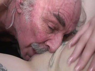 Porner premium: amatør sex film med en gammel mann og en unge ludder.