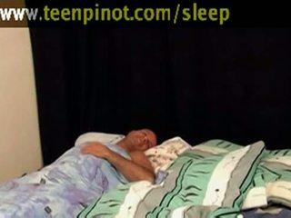 Момиче beauty прецака докато спящ