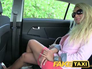 Faketaxi blondýna milfka s a veľký zadok wants na párty
