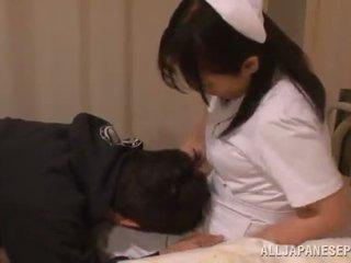Rijpere thai verpleegster appreciates een mmv 3io in een ziekenhuis ward