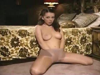 Simpatiska šarms skaistule teasing un rubbing viņai vāvere uz seksuālā kails hosiery
