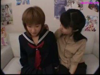 Skol kysser med henne läraren getting henne bröstvårtor suga
