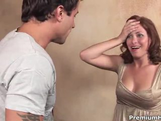 Ginger lea rāda viņai krūtis