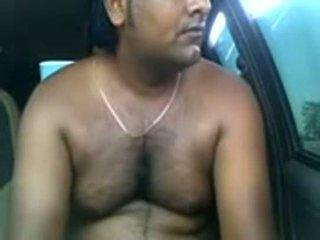 Amateur indisch koppel neuken binnenin parked auto