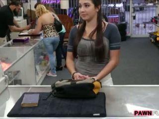 College dziewczyna trades jej książka na a seks w the pawnshop