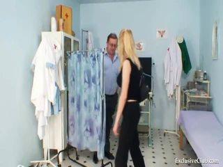 Gynaecologisch vulva onderzoek van naturaly reus boobed blondie