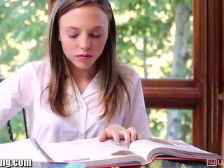 Lesbiete skolniece gets vāvere eaten par galds