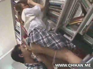 Verlegen schoolmeisje betast en used in een bibliotheek