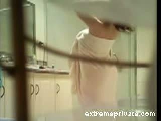 Mano teta prigautas apie paslėptas kamera į vonia