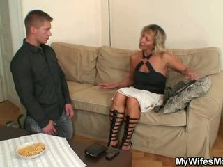 Ze finds hem shafting haar oud moeder