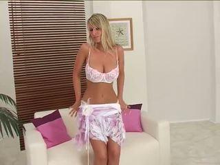 Sensational loira strips e opens dela pernas em sofá.