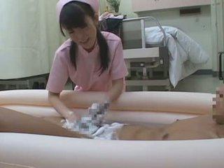 Giapponese lei vestita lui nudo busy nurses prendere cura di penises sce