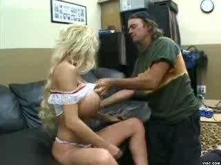 Cô gái tóc vàng gà con với lớn tits gets pounded