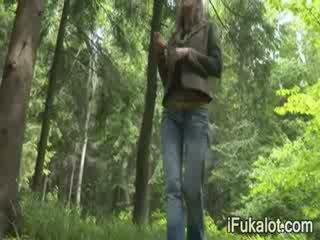 Outdoors a fumar dong em o floresta