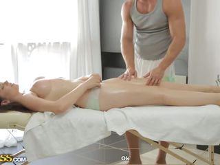 Pārsteidzošās pupi gives minēts līdz masseur