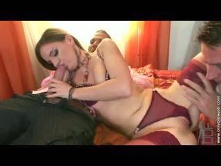 Soaked brunette evelyn foxy stuffs henne constricted fjes hole med en hardt massiv kuk