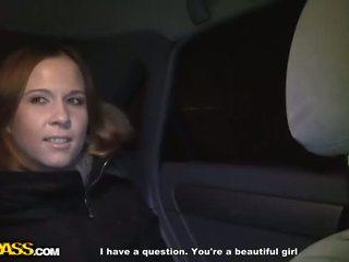 Sexy roodharige geneukt in een auto video-