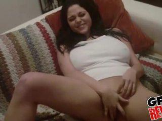 Mega rondborstig amateur brunette gets nailed op de bed