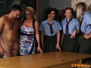 Облечена жена гол мъж секс образование за момичета