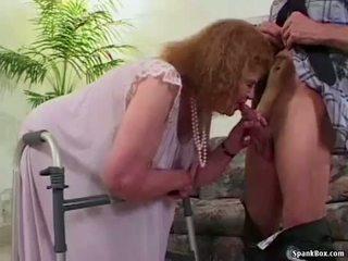 Бабичка loses тя зъби докато смучене