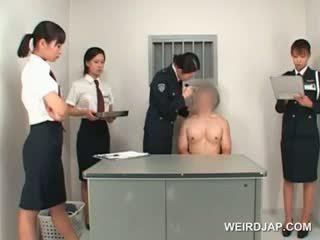 Aziatisch politie vrouw toying male nauw bips op een tafel