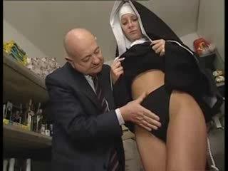 Italiano latina suora maltrattata da sporco vecchio uomo