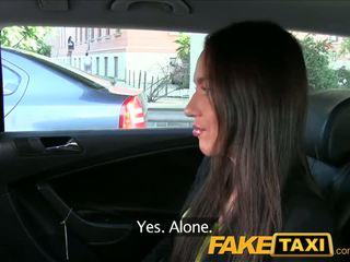 Faketaxi taxi driver fucks fiesta chica en asiento trasero