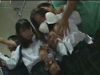 Two schoolgirls sờ mó trong một xe buýt