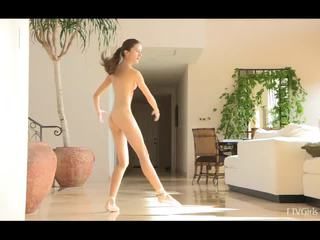 Claire stretching tad doing ballet līdz mūzika