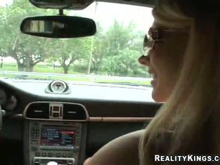 Vecie beside a smalks brūns tunnel sākas the perversion uz the automašīna
