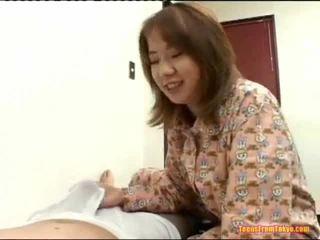 Азиатки мижитурка край голям хуй