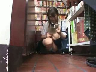 লজ্জা স্কুলগার্ল হাতড়ানো এবং used মধ্যে একটি bookstore