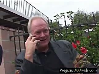 Preggo jovem grávida fucks two para dinheiro