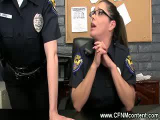 The policejní frisk je pro hrubý dongs na sát na na the stanice