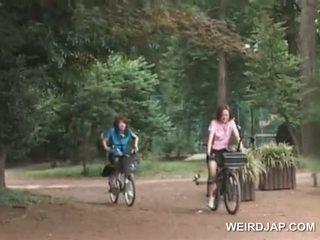 Asia remaja sweeties menunggangi bikes dengan dildos di mereka cunts