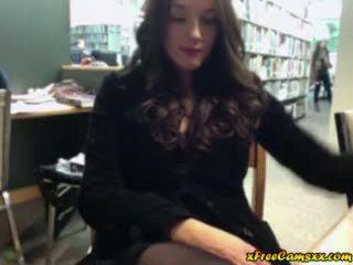 Liels titty skaistule masturbates uz publisks bibliotēka