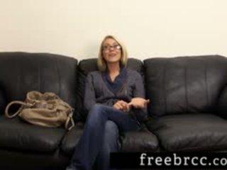Bela loira humiliated durante sala de arrumos audição