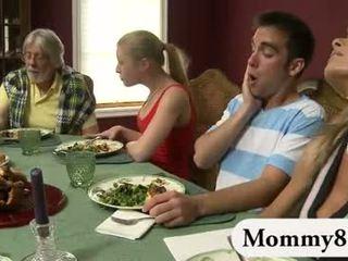 娇小 青少年 在 一 三人行 同 继母