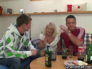 Blondine oud in gekruid 3io porno party