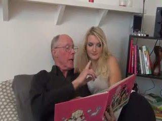 Karstās blondīne fucked līdz vecs vīrietis