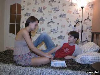 Nakal hottie raises dia panjang tungkai kaki